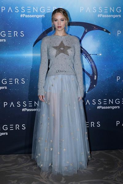 Jennifer Lawrence穿衣搭配迪奥服亮相媒体见面会