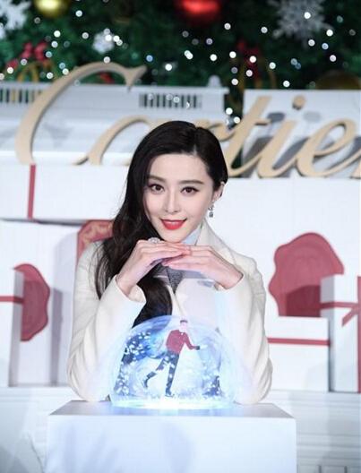 范冰冰出席卡地亚珠宝圣诞亮灯仪式 一身雪白气场强大