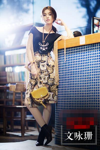 学文咏珊街拍穿搭示范 流苏长袖印花裙做柔情少女