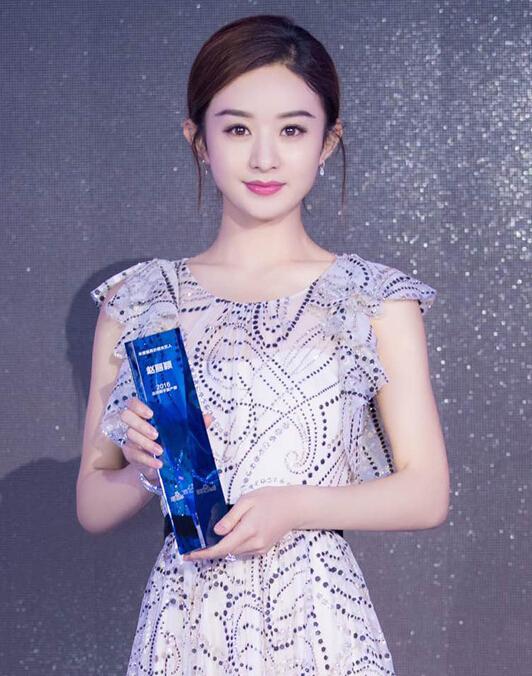 赵丽颖佩戴戴比尔斯珠宝 似冰雪女王闪耀百度峰会