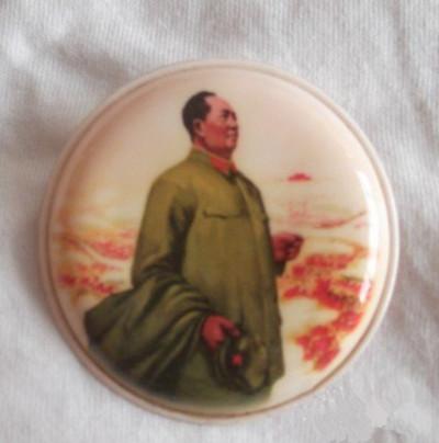 塑料毛主席军装像毛主席像章值多少钱?
