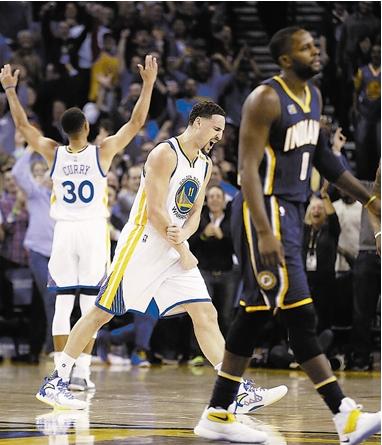"""为何连NBA巨星都变身""""追星族"""" 库里找汤普森要签名"""