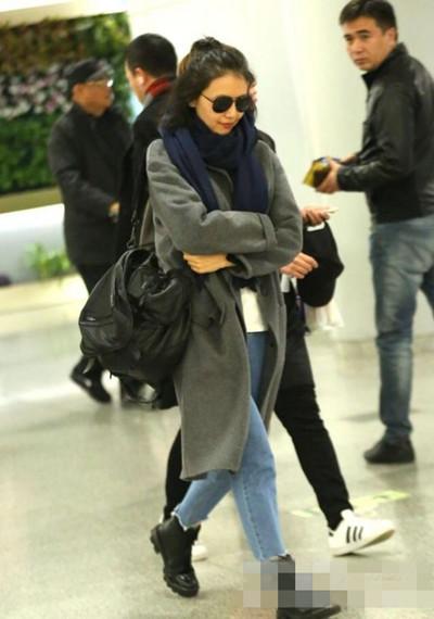 高圆圆冬季机场街拍示范 灰色大衣搭牛仔帅气又舒适