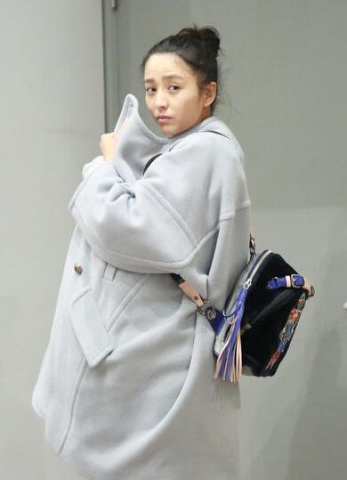 佟丽娅大衣裹娃 瘦小身体充满无穷力量