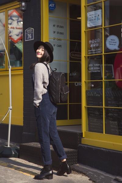 高圆圆街拍造型示范 背带裤配毛衣文艺又时尚
