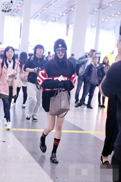 杨幂机场街拍造型示范 白皙长腿十分抢镜