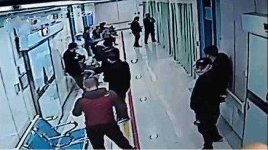 殡葬抢客医院群殴 客人还在医院抢救中