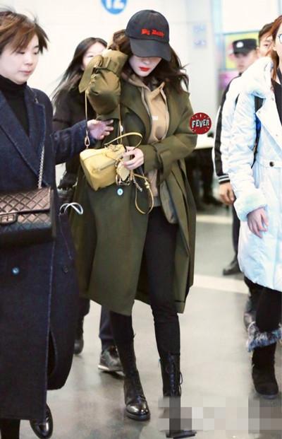 杨幂机场私服街拍示范 风衣配连帽卫衣充满少女感