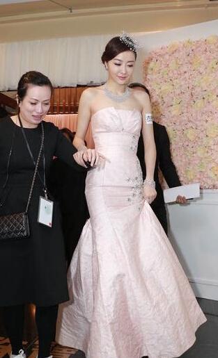 熊黛林出席六福珠宝发布会 抹胸长裙秀性感