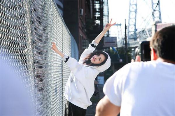 杨幂私服街拍造型示范 蕾丝短裙大秀美腿