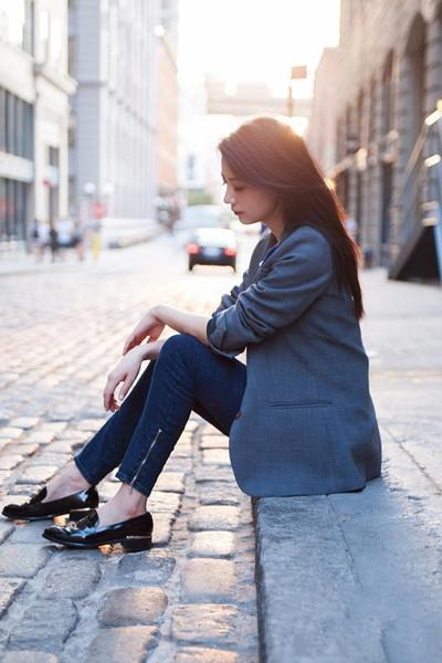 高圆圆纽约街拍示范 西装+牛仔裤十分利落干练