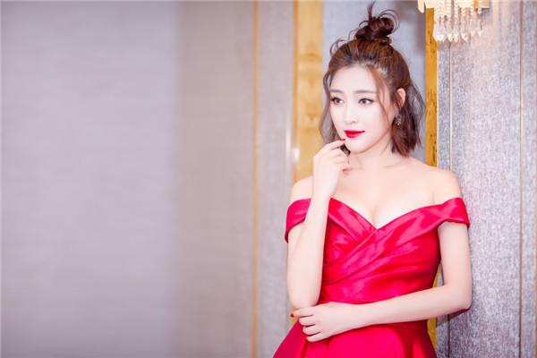 甘婷婷现身上海出席品牌活动 深V红色长裙微露性感酥胸