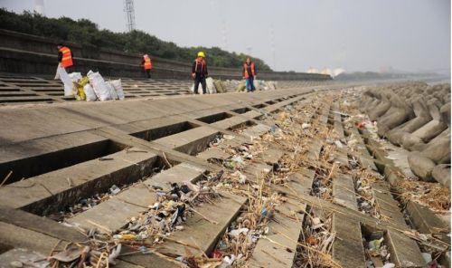 千吨垃圾倾倒长江元凶找到了 警方已拘留4人