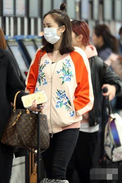 杨幂春季街拍造型示范 拼接印花休闲外套清新又秀丽