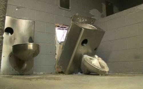 美国上演现实版肖申克救赎 囚犯拆马桶穿墙越狱