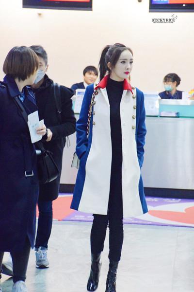 杨幂最新机场街拍示范 长腿吸睛好身材挡不住