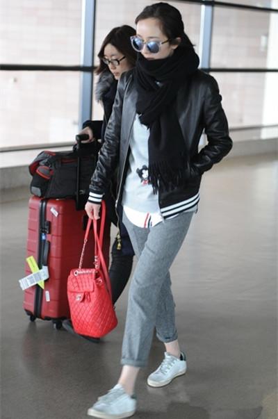 杨幂冬季街拍造型示范 运动裤换换风格温暖又时尚