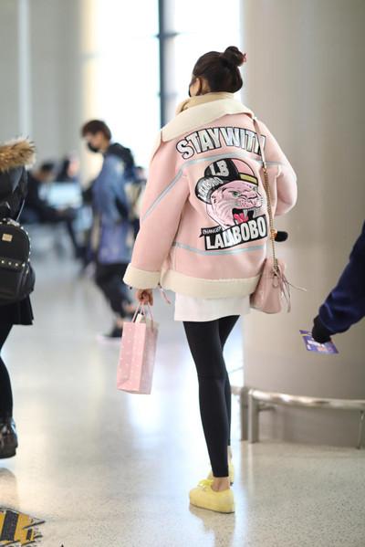 关晓彤最新机场街拍示范 粉嫩系穿搭过新年