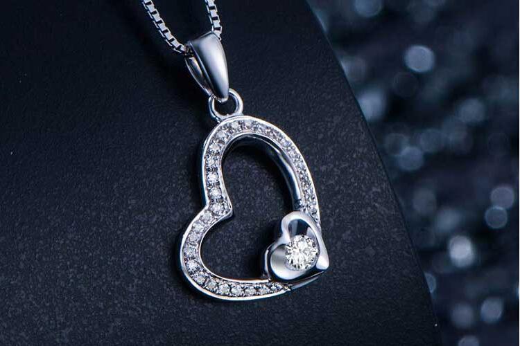 周六福珠宝白18K金钻石群镶双心吊坠_珠宝图片