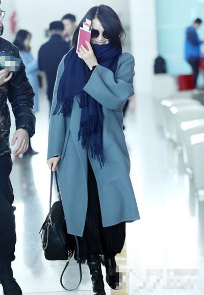 高圆圆最新私服街拍示范 蓝色大衣+百褶裙简约又时尚