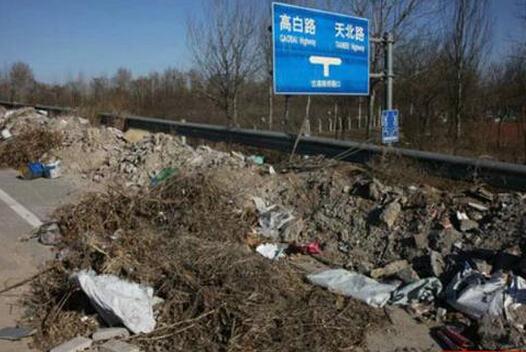 北京顺义造价上千万立交桥成空中垃圾场