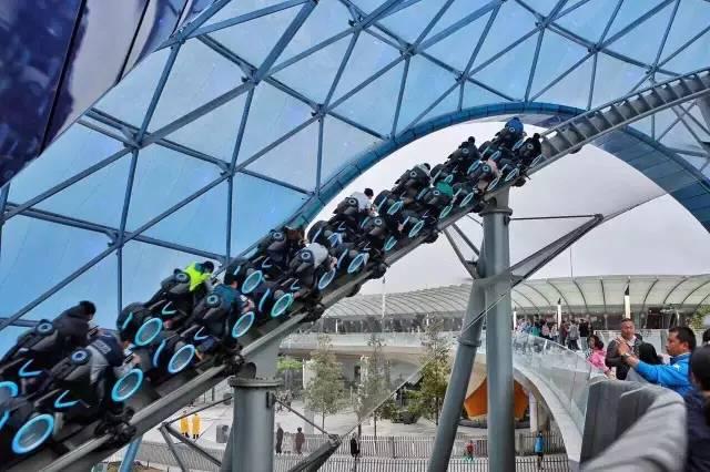 上海迪士尼项目故障 游客被吊在半空中长达半小时