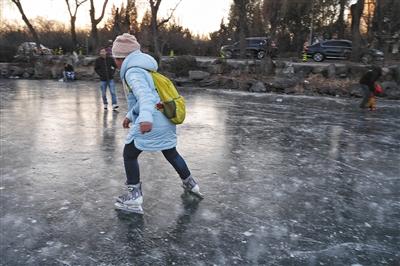 学生清华溺亡冰面行走遇冰裂 事发地仍有人滑冰
