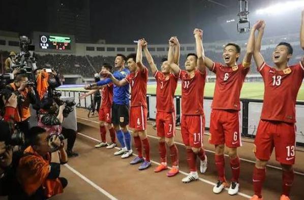中国足球在年初迎来胜利与希望 又在年末陷入失败与迷茫