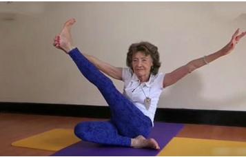 98岁身体似少女 最难的瑜伽姿势也做得毫不含糊