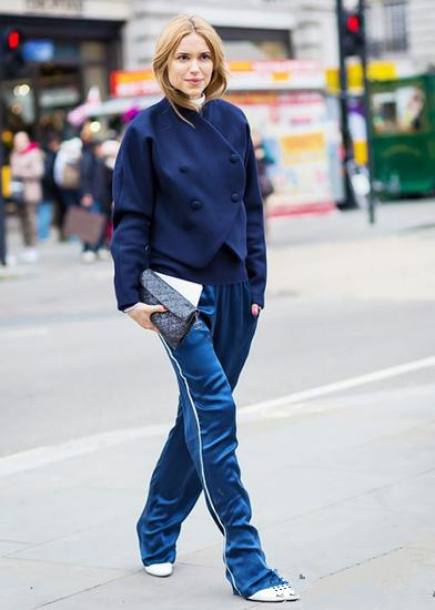 欧美穿衣搭配技巧示范 条纹长裤工装夹克一件不能少