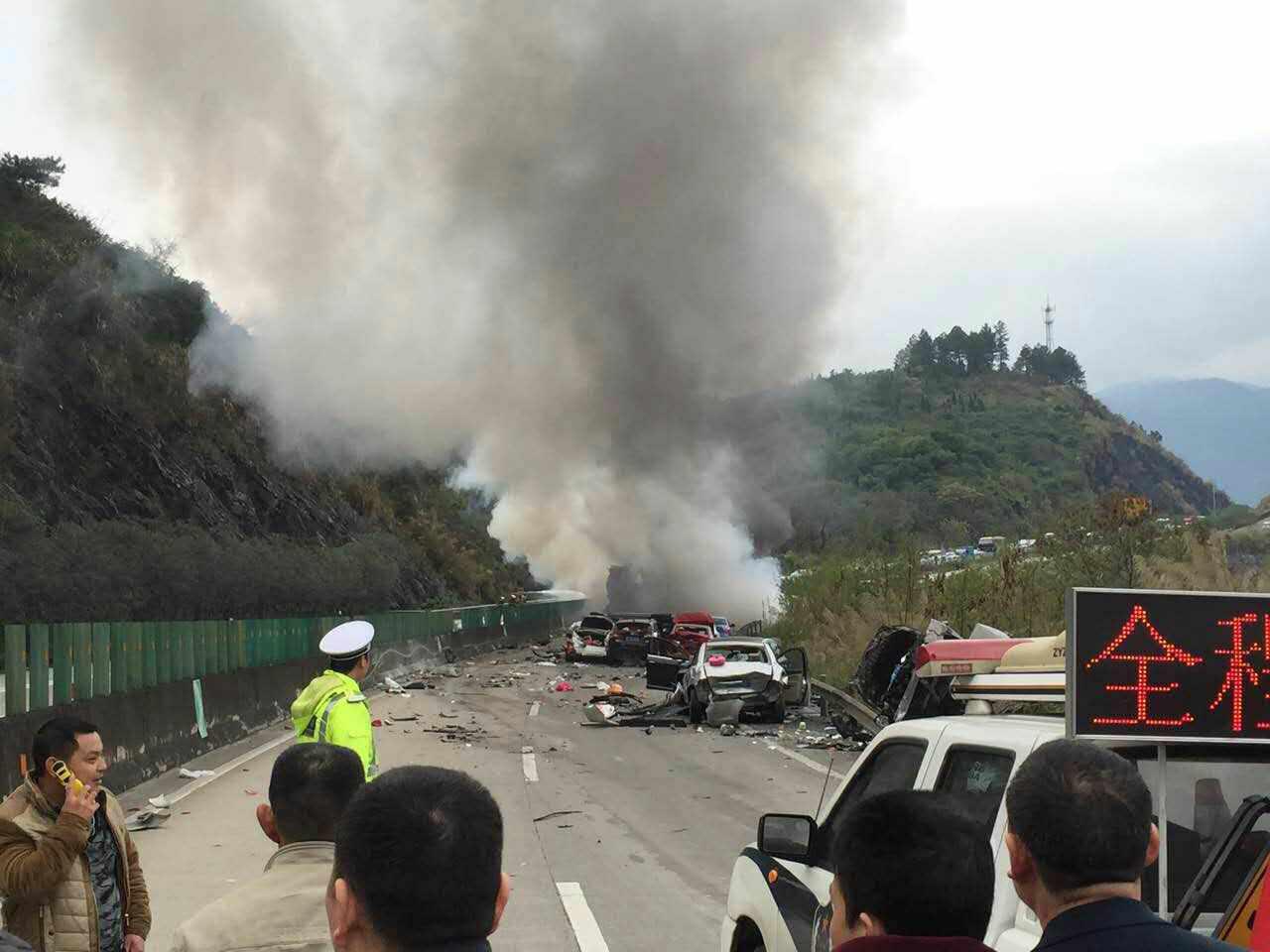 人保财险广东省分公司紧急应对清连高速多车碰撞交通事故