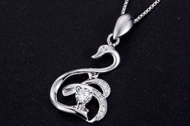 周六福珠宝白18K金白天鹅钻石吊坠_珠宝图片