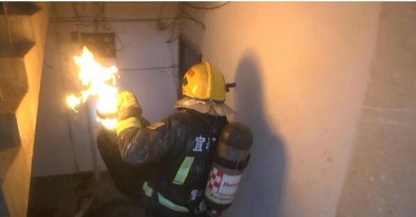 消防员冒死拎出1米高火焰液化气罐
