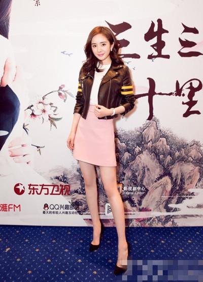 杨幂最新私服街拍示范 短款皮衣+高腰短裙美上天
