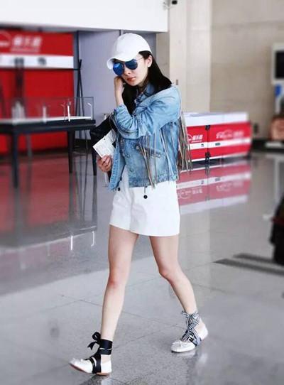 杨幂春季街拍造型示范 牛仔外套这么穿才时髦