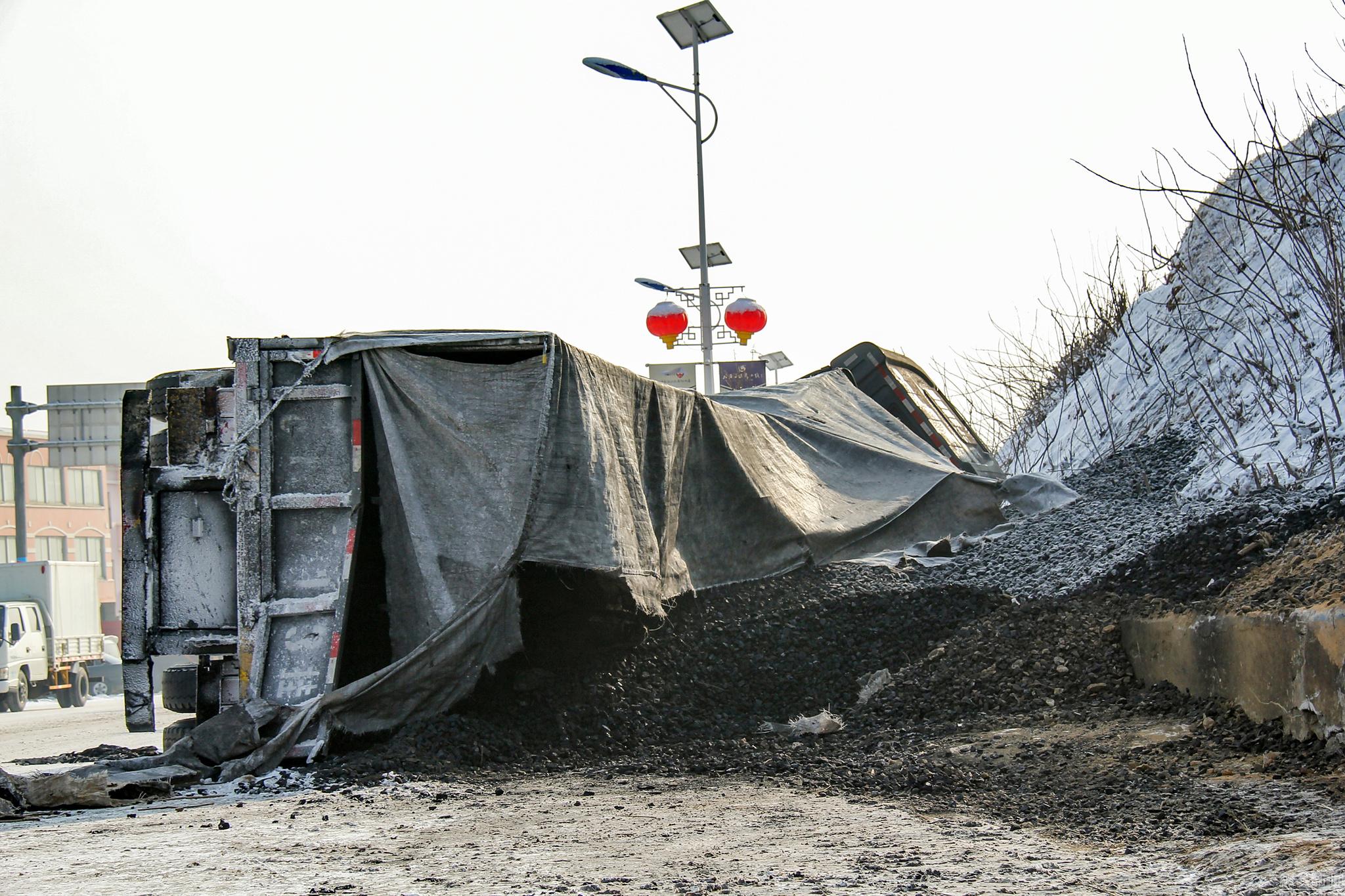 辽宁一载煤挂车雪地侧翻