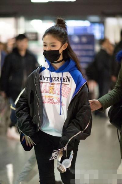 林允最新机场街拍示范 卫衣配飞行夹克帅酷又时髦