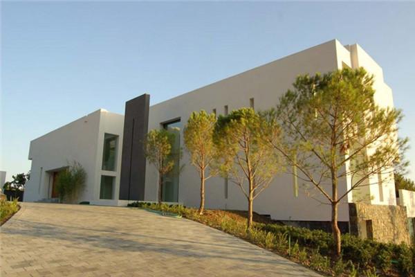 白色半坡豪宅:具有21世纪建筑典范的住宅