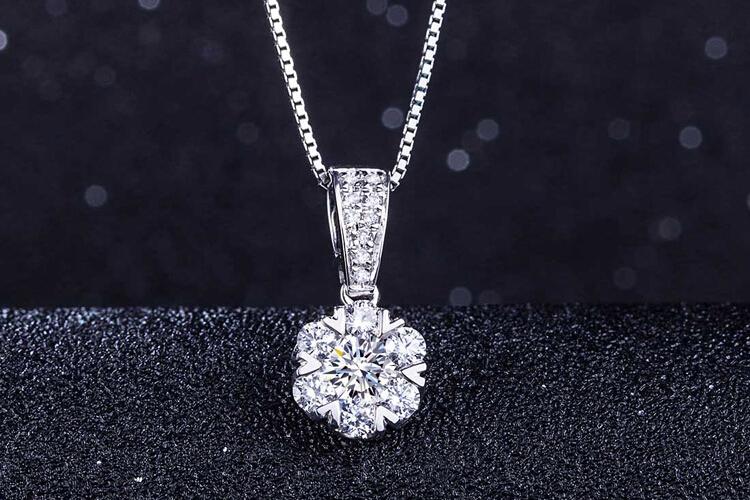 周六福珠宝白18K金钻石心形群镶吊坠_珠宝图片