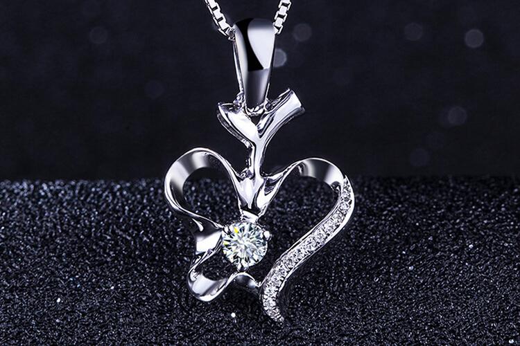 周六福珠宝白18K金钻石吊坠_珠宝图片