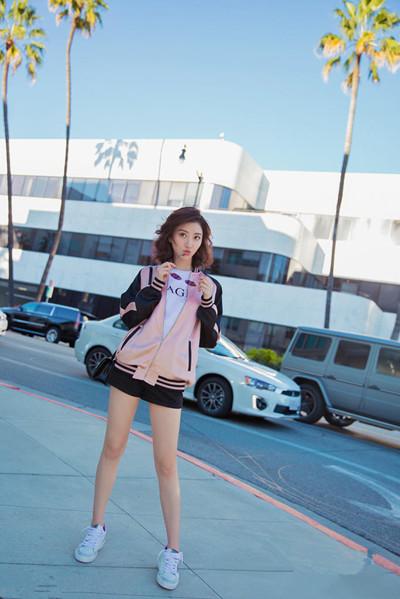 景甜最新街拍造型示范 夹克+印花T恤休闲又时尚