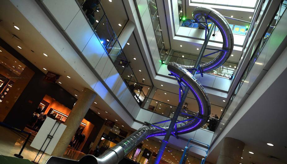 重庆商场高空滑梯 滑这个滑梯需要勇气!