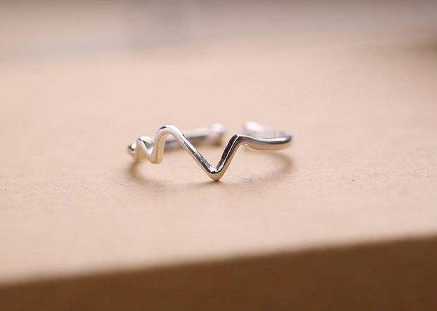 为什么恋爱中的女生喜欢戴银饰