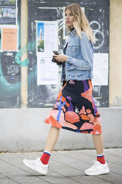 欧美穿衣搭配技巧示范 牛仔夹克+长裙帅气又甜美