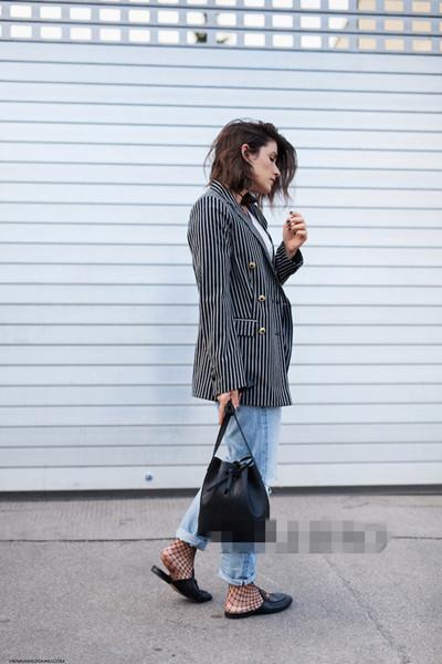时尚博主穿衣搭配技巧示范 穿西装外套也能有Sense
