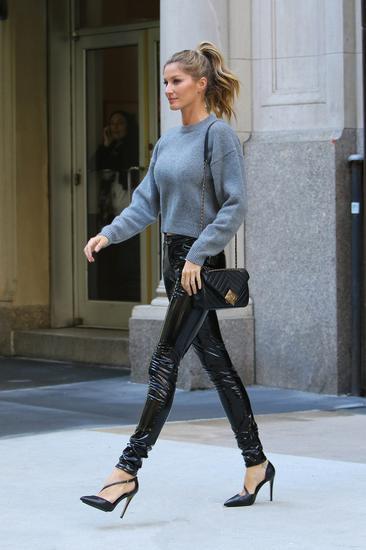 时尚达人穿衣搭配技巧示范 皮裤配毛衣帅帅惹人爱
