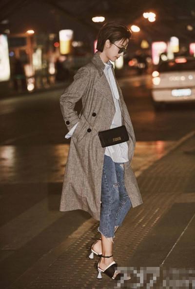 张俪最新机场街拍示范 风衣搭配牛仔裤中性又摩登