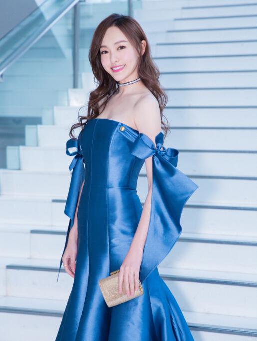 唐嫣深蓝色抹胸裙亮相红毯 佩戴钻石Chocker闪耀惹人爱