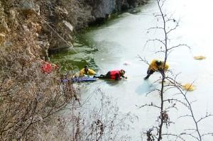 女子凿冰捉鱼落水 因害怕只好等消防官兵救援