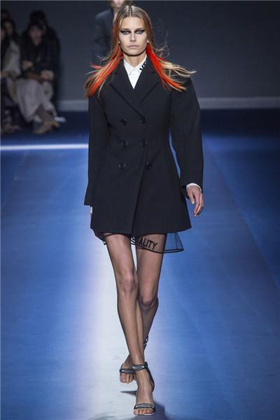 Versace于米兰时装周发布2017秋冬系列高级成衣